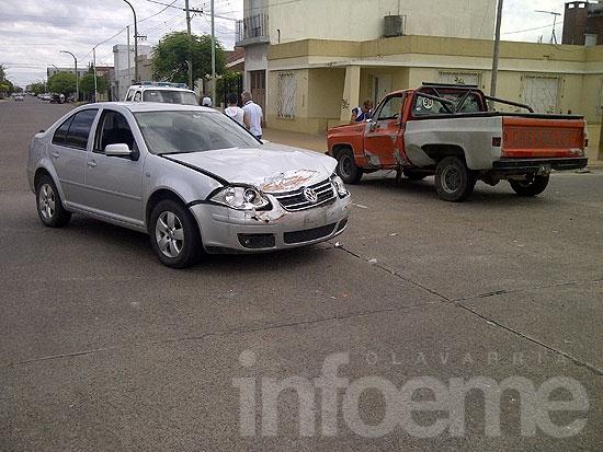 Choque sin heridos entre auto y camioneta