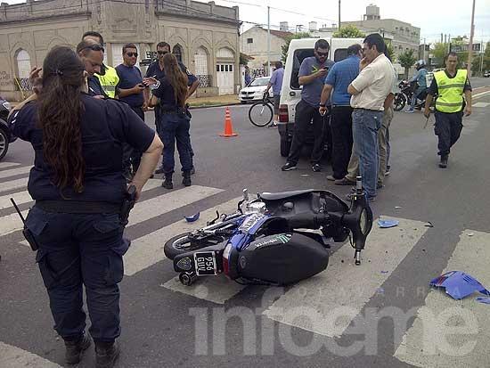 Motomandados colisionó contra una camioneta