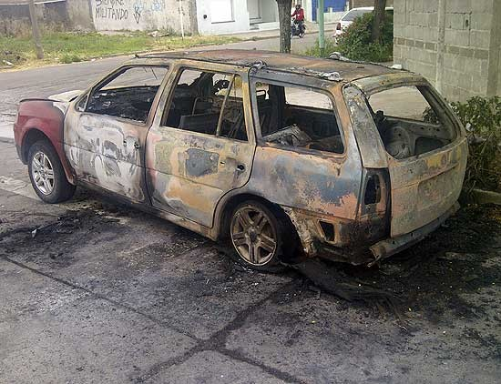 Se le incendió su automóvil mientras manejaba