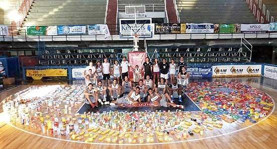 Estudiantes entregó una gran cantidad de alimentos a Cáritas