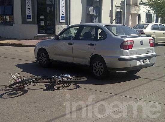 Choque entre un auto y una bicicleta en pleno centro