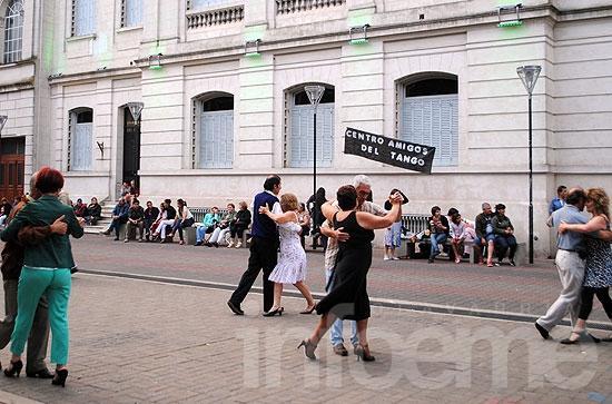 El Centro Amigos del Tango bailó en el Paseo Jesús Mendía