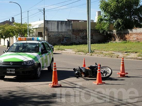 Mujer sufrió heridas leves al caer de su moto