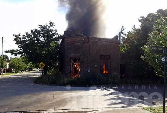 Incendio de casa abandonada en Hinojo