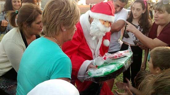 Papá Noel visitó el barrio Los Robles
