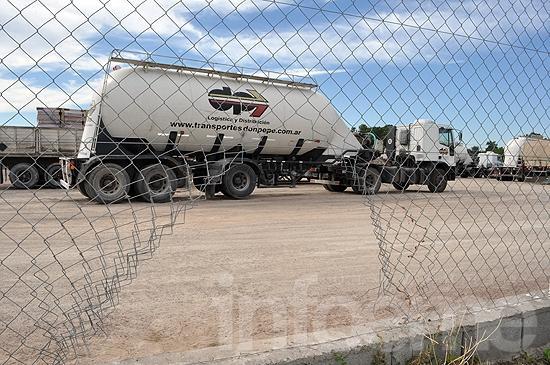 Robaron cubiertas de camiones en una empresa