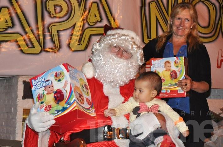 Papá Noel estuvo en Colonia Hinojo, y entregó regalos rodeado de pequeños