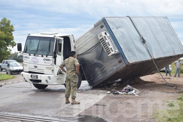 """Increíble vuelco de un camión frigorífico en la vía de la """"S"""" de Sierra Chica"""