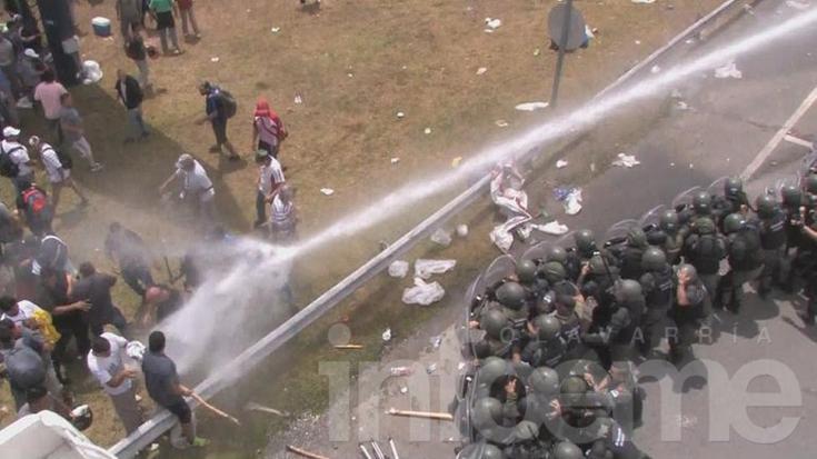Incidentes con los trabajadores de Cresta Roja y Gendarmería en Ezeiza