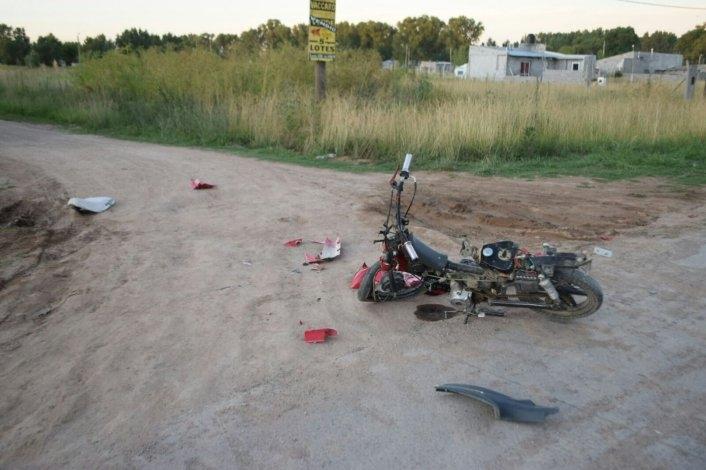 Joven con heridas graves al chocar con auto que se da a la fuga