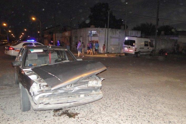 Violento choque entre un auto y una combi: una mujer resultó herida