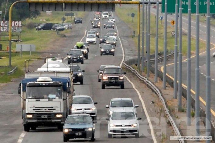 Miles de vehículos transitan hacia los principales destinos turísticos del país