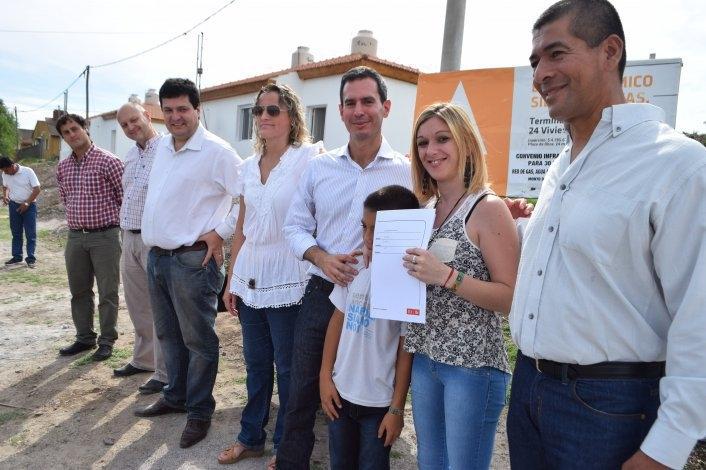 Entregan viviendas en los barrios Químico y Educadores