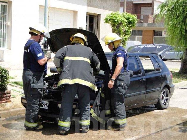 Un automóvil sufrió daños en un incendio