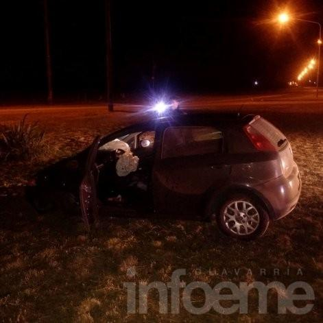Se chocó una rotonda y abandonó el auto