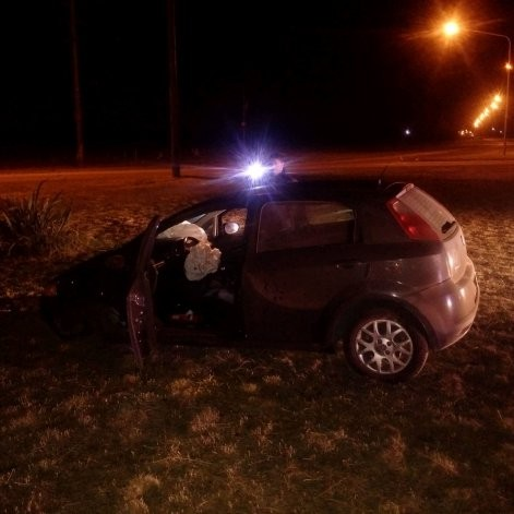 El video del conductor que chocó una rotonda y abandonó su vehículo