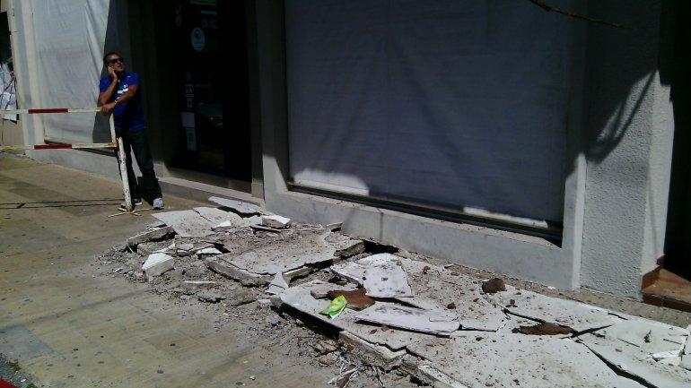 Se desplomó parte de la mampostería de un local céntrico
