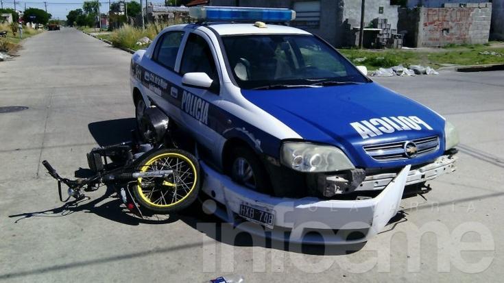 Patrullero de la Comisaría de la Mujer chocó con una moto: un herido