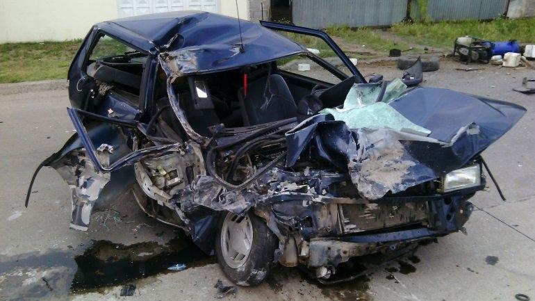Un herido tras chocar violentamente una camioneta estacionada