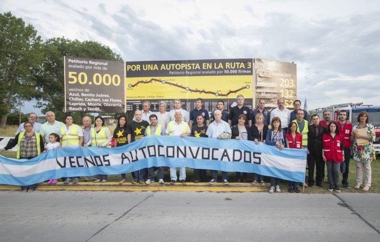 Renovaron el cartel de siniestralidad de la Ruta 3 en reclamo por la autovía