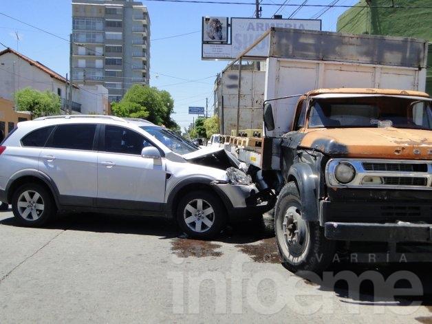 Violento accidente entre camión de reparto y camioneta: sólo chapa