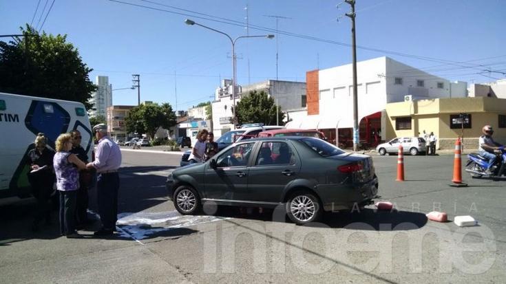 Dos automóviles chocaron sobre la Avenida Colón