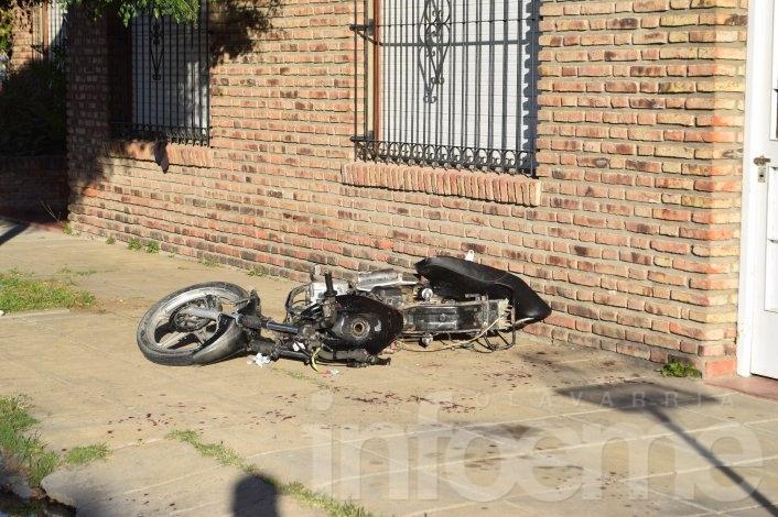 Perdió el control de su moto y se chocó un paredón