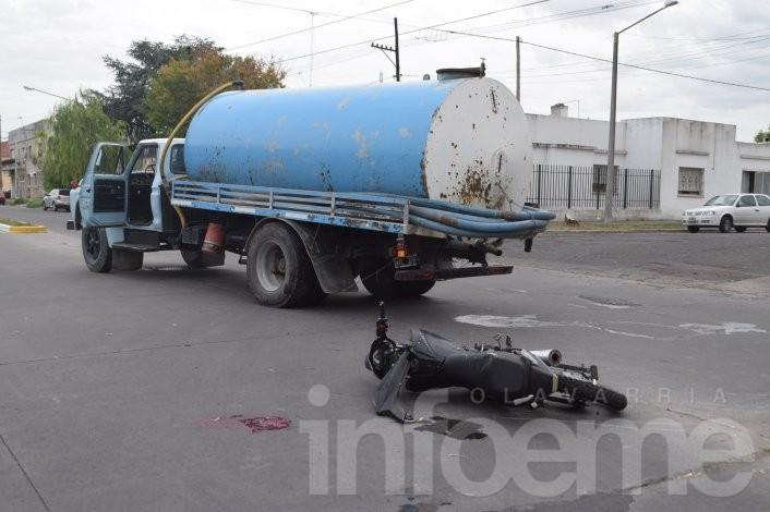 Motociclista con heridas graves al chocar con un camión atmosférico