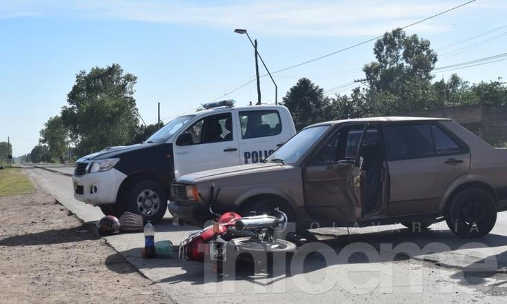 Fuerte choque entre un vehículo y una moto, una persona herida