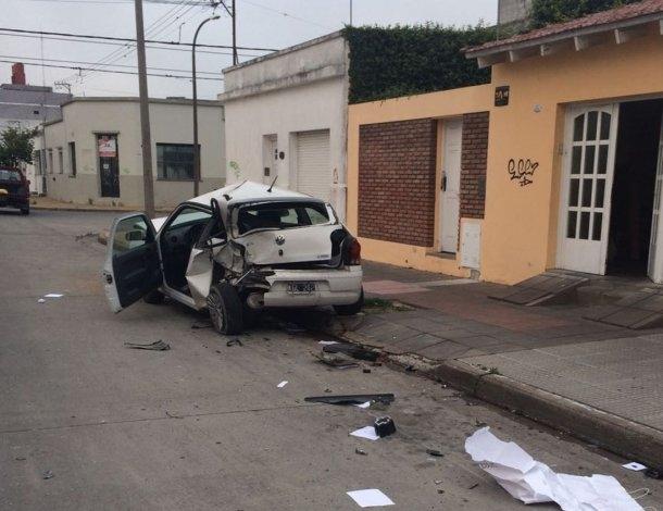 Embistió un auto estacionado y se dio a la fuga