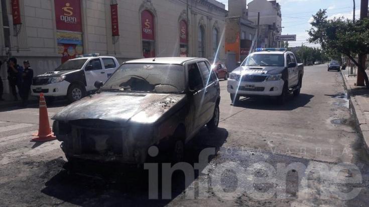 Un auto se incendió en pleno centro