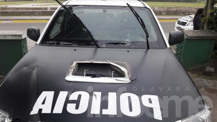 Apedreó una camioneta del Comando de Patrullas y fue aprehendido