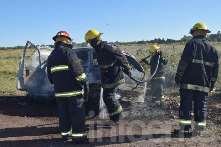 Un auto robado en Bolívar apareció en llamas en nuestra ciudad
