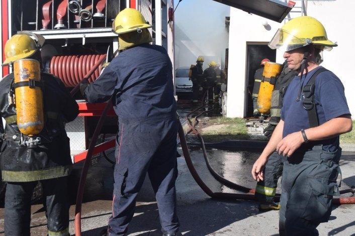 Impresionante incendio arrasó con una vivienda