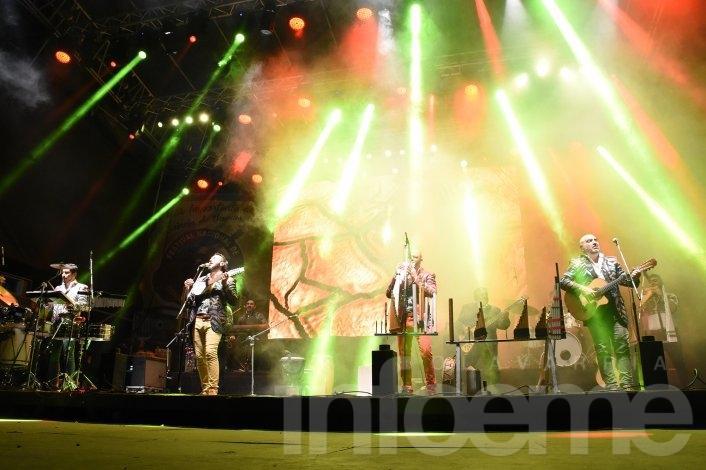 A puro carnaval, los Tekis cerraron el Festival