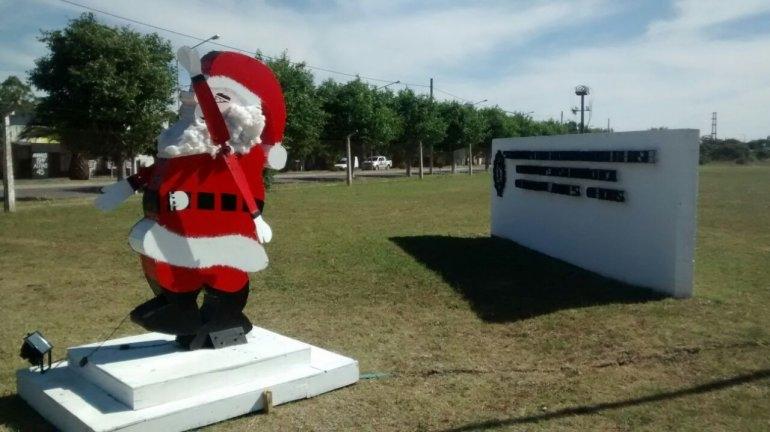 Un Papá Noel gigante en la entrada de la Unidad 38