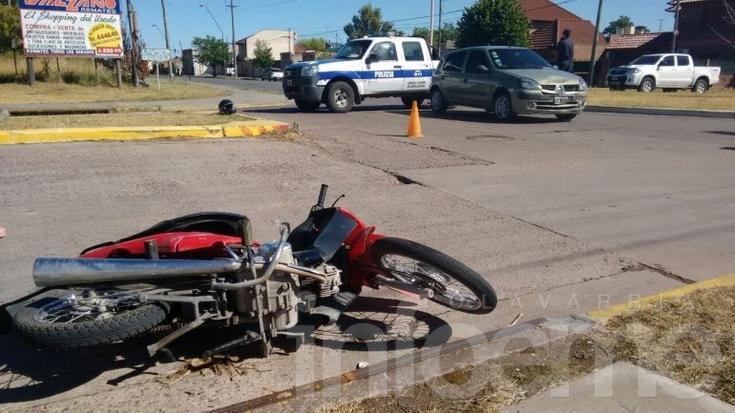 Motociclista herida en choque en una rotonda