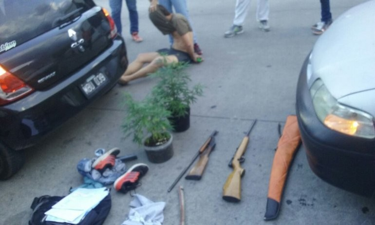 Huyeron de un allanamiento y los atraparon: tenían armas y plantas de marihuana