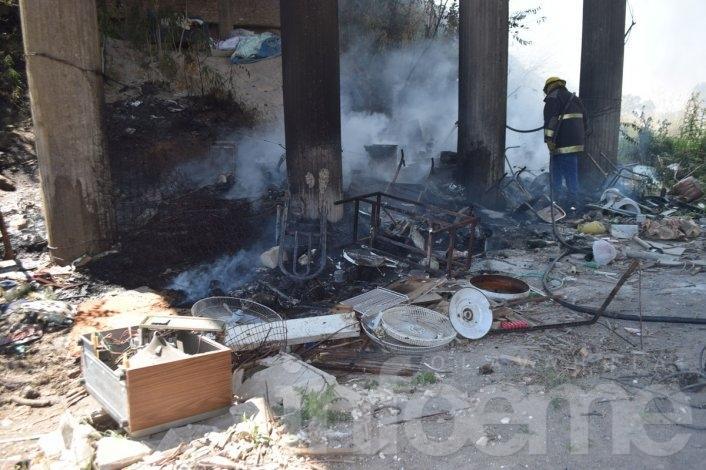 Así apagaban los bomberos el fuego debajo del puente