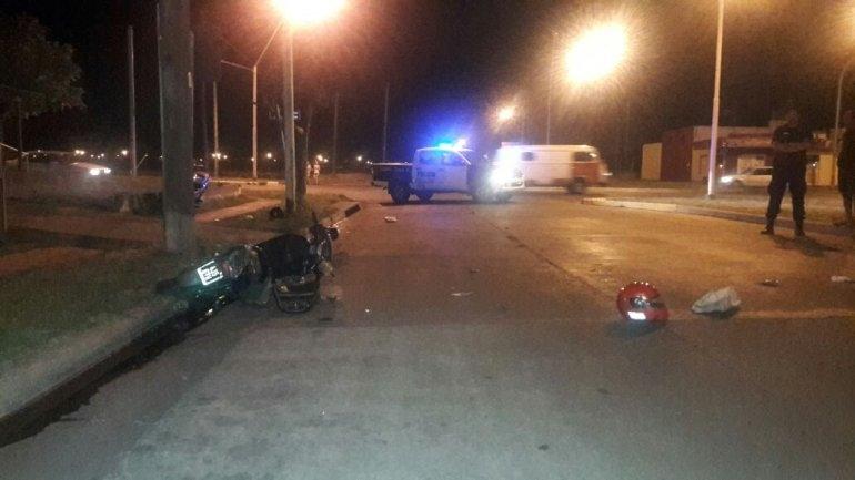 Una moto impactó contra un poste: una mujer falleció y otra está grave