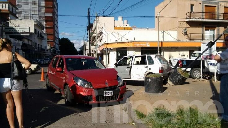 Violento accidente entre dos autos en pleno centro