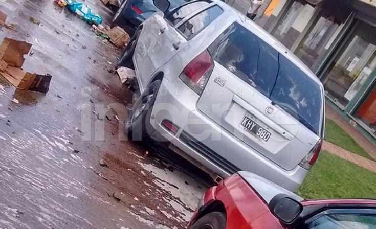 Se le salió una rueda y provocó daños a  dos autos estacionados