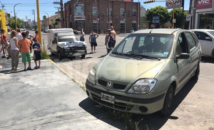 Chocaron un auto y una camioneta en Colón y España
