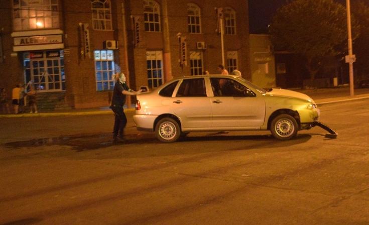 Chocaron dos autos y le pegaron a una camioneta estacionada