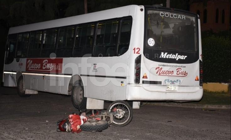 Una motociclista en grave estado tras chocar con un colectivo
