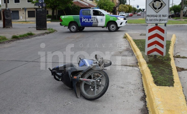Moto y camioneta chocaron en una rotonda: un hombre resultó herido