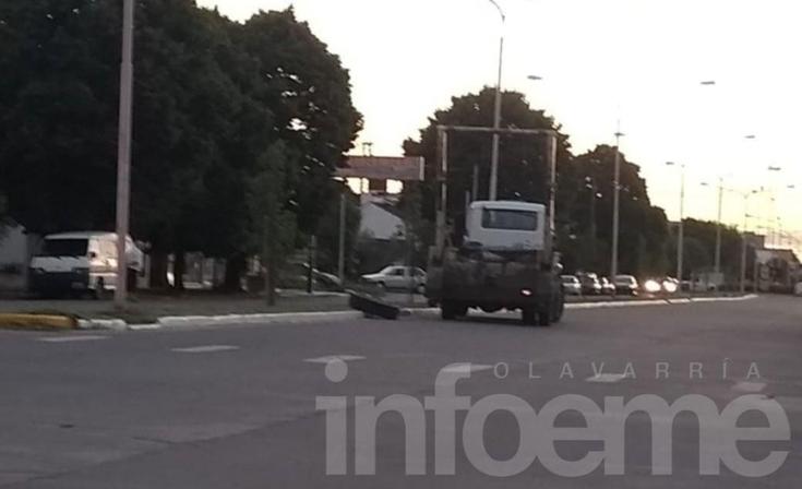 Un camión perdió una rueda y quedó varado sobre la avenida Pringles
