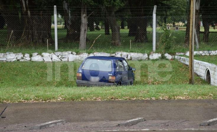 Fuerte choque a la altura del Regimiento: un auto terminó en una zanja