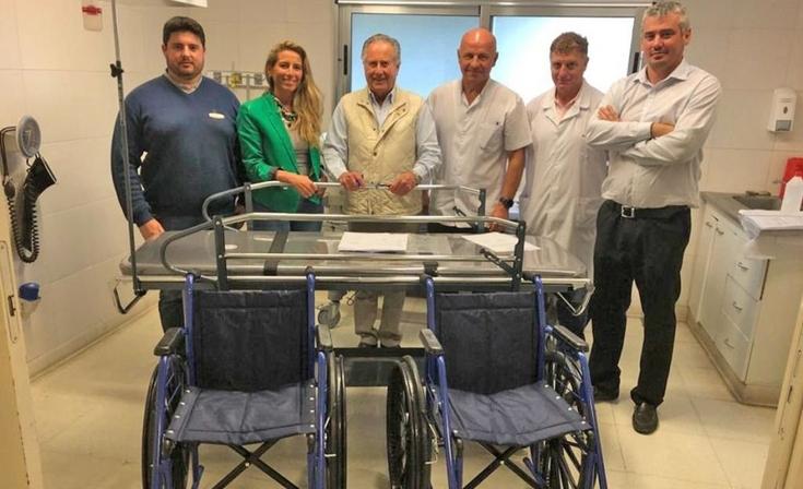 Donaron dos sillas de ruedas y una camilla al Hospital