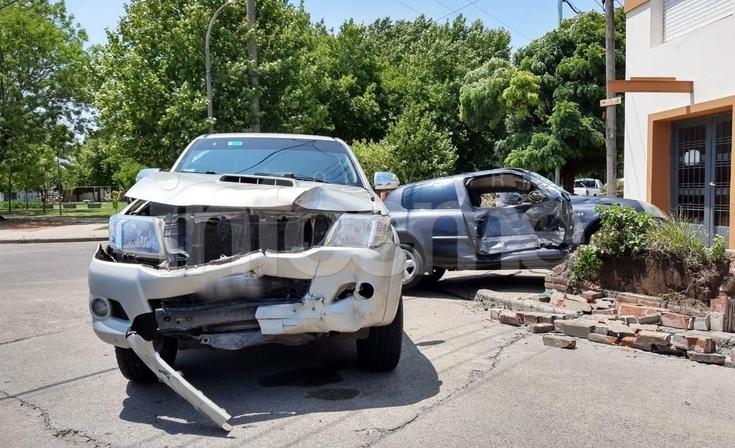 Tremendo accidente entre un auto y una camioneta en el barrio Luján